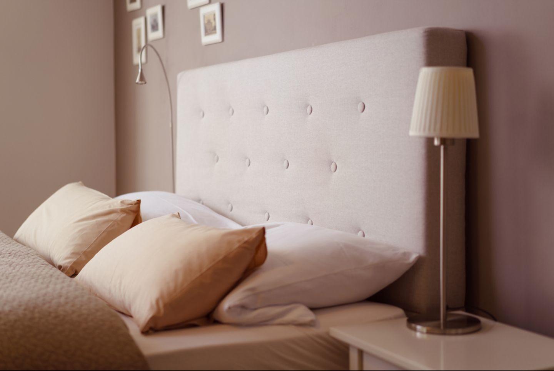 Wandgestaltung Schlafzimmer: 6 kreative Ideen: Bett und Wand in Beige- und Brauntönen