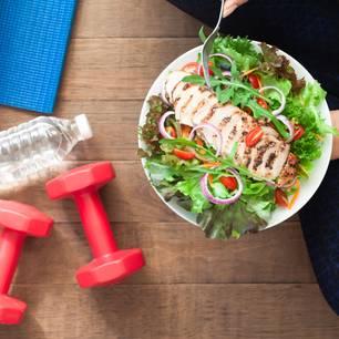 Wirkung von Aminosäuren: Gesundes Essen und Hanteln