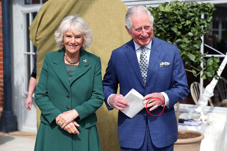 Prinz Charles und Camilla: Prinz Cherles trägt einen goldenen Ring