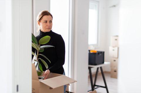Frau steht in Wohnung