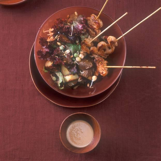 Auberginen-Kartoffel-Salat mit Saté-Spießen