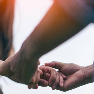 Vertrauen lernen: Eine Frau legt ihre Hände in die Hände eines Mannes