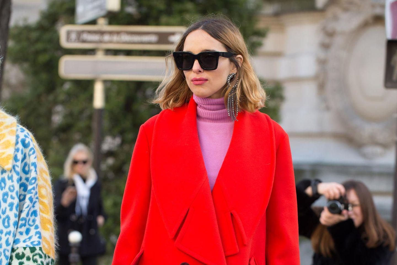 Frau in rotem Mantel und pinkem Pulli