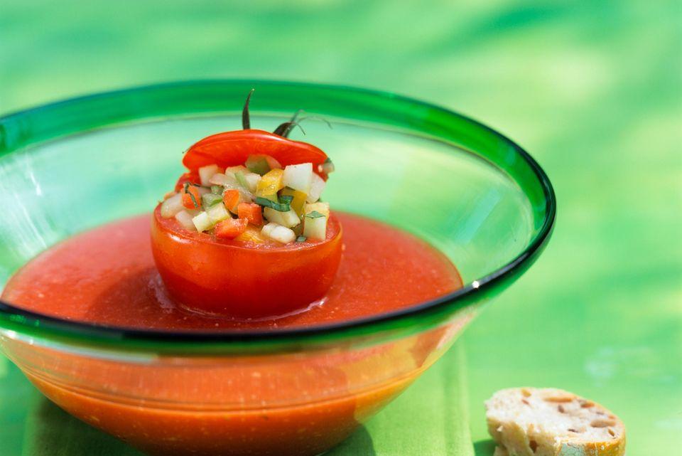 Gefüllte Tomaten mit Gazpacho