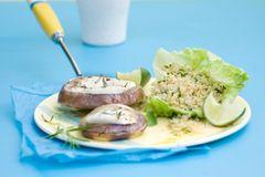 Quinoa-Kräuter-Salat mit Auberginen-Käse-Talern