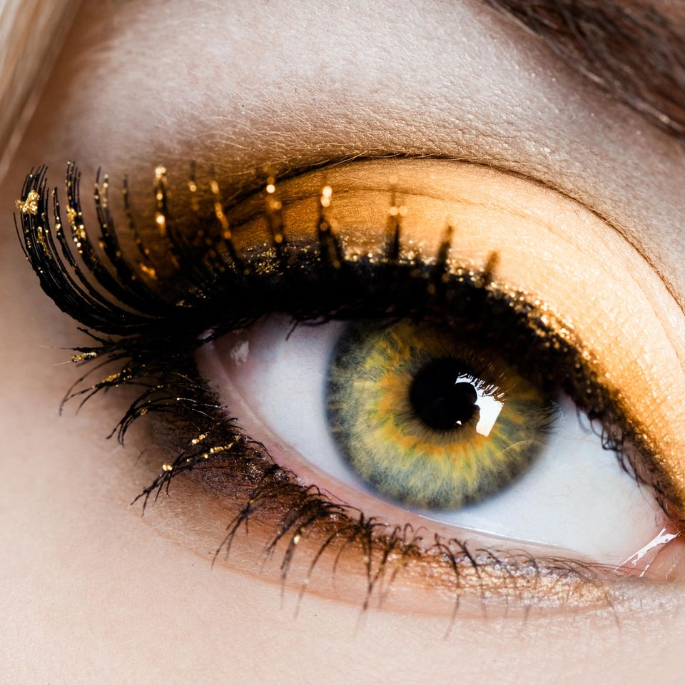 Grüne Augen schminken: Grünes Auge geschminkt mit goldenem Lidschatten