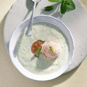 Kalte Gurkensuppe mit Tomateneis