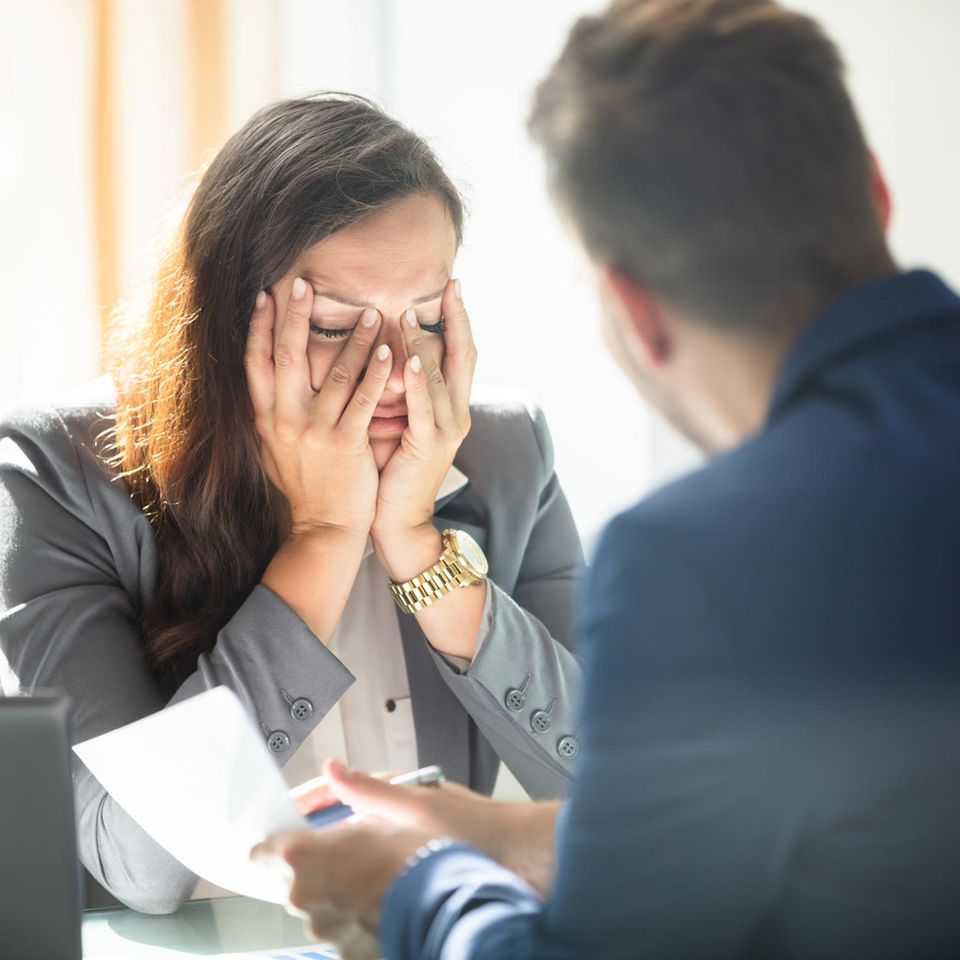 Verhaltensbedingte Kündigung: Entlassene Mitarbeiterin schlägt Hände vors Gesicht
