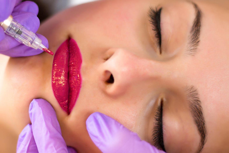 Permanent Make-up Lippen: Frau bekommt Permanent Make-up an den Lippen
