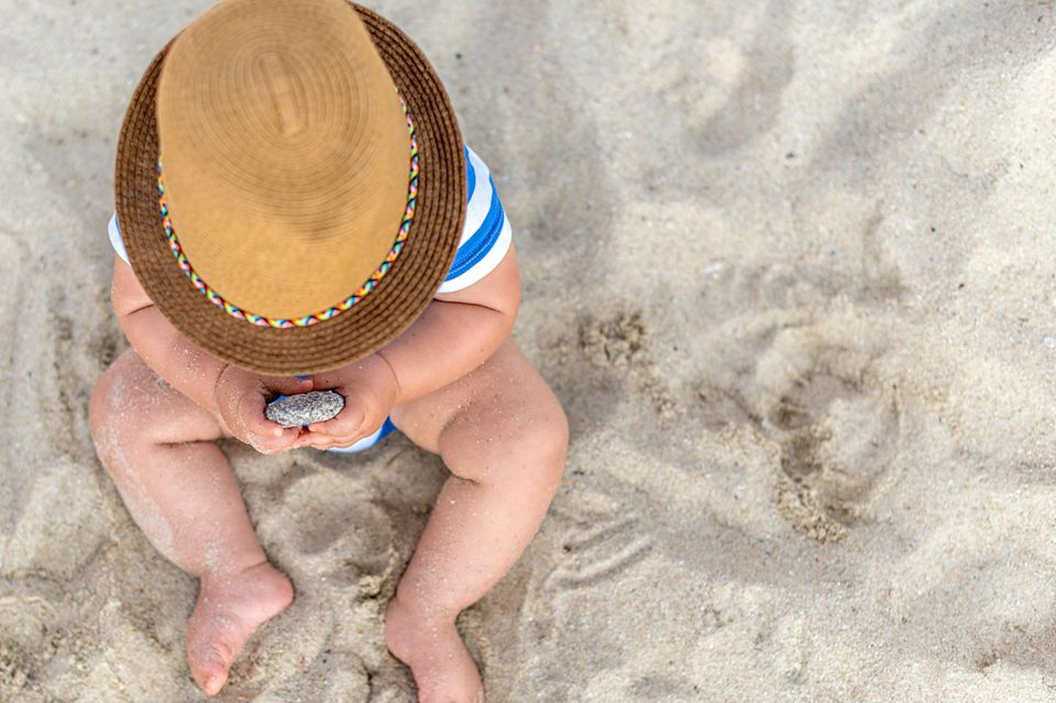 Baby-Sonnencreme: Kind am Strand