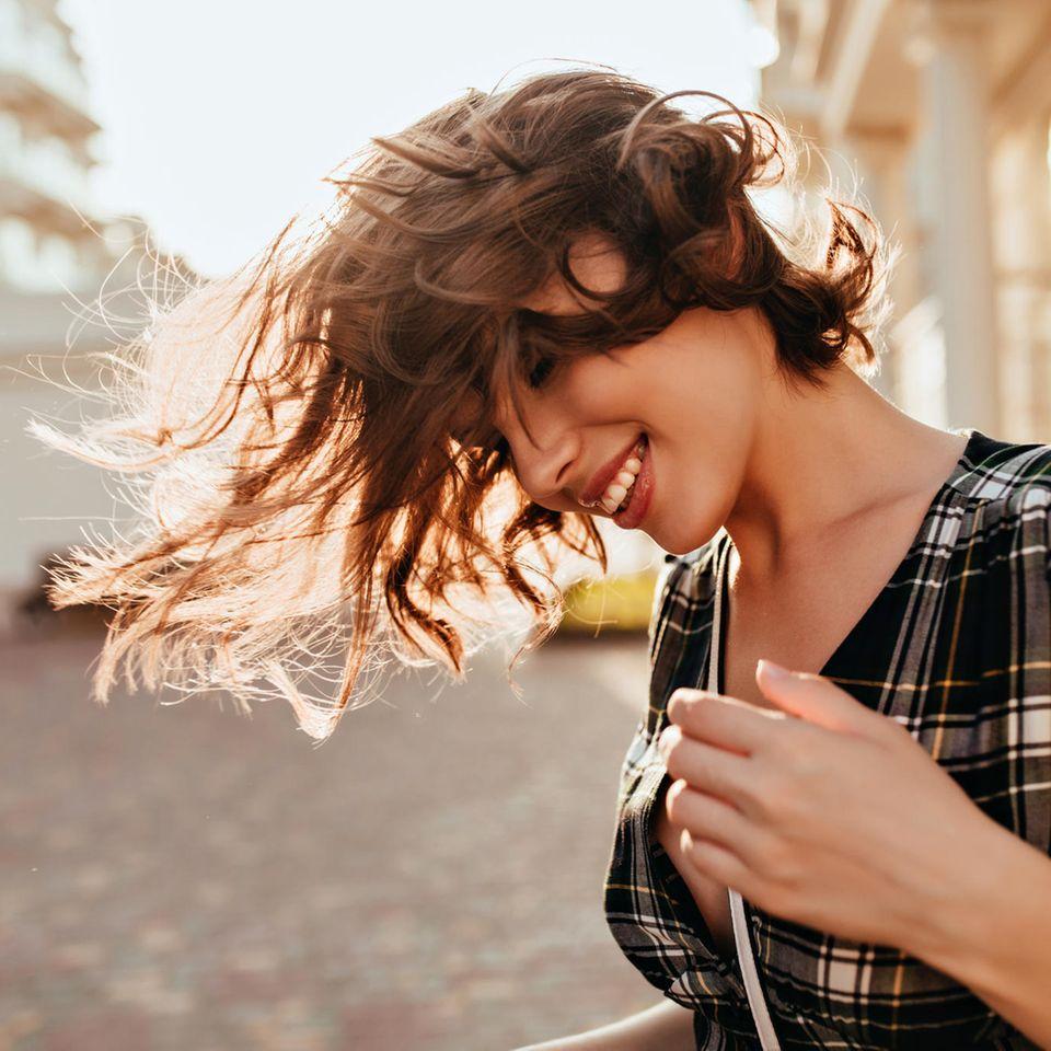 Warm Peach Cobbler Hair: Frau mit brünettem, lockigen Bob