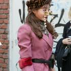 Modetrend 2019: Frau mit Brillenkette