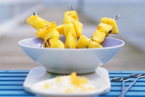 Obstspieße mit Karamelljoghurt