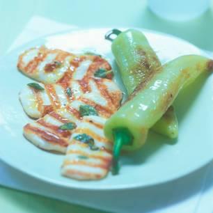 Gegrillte Spitzpaprika und Halloumi-Käse