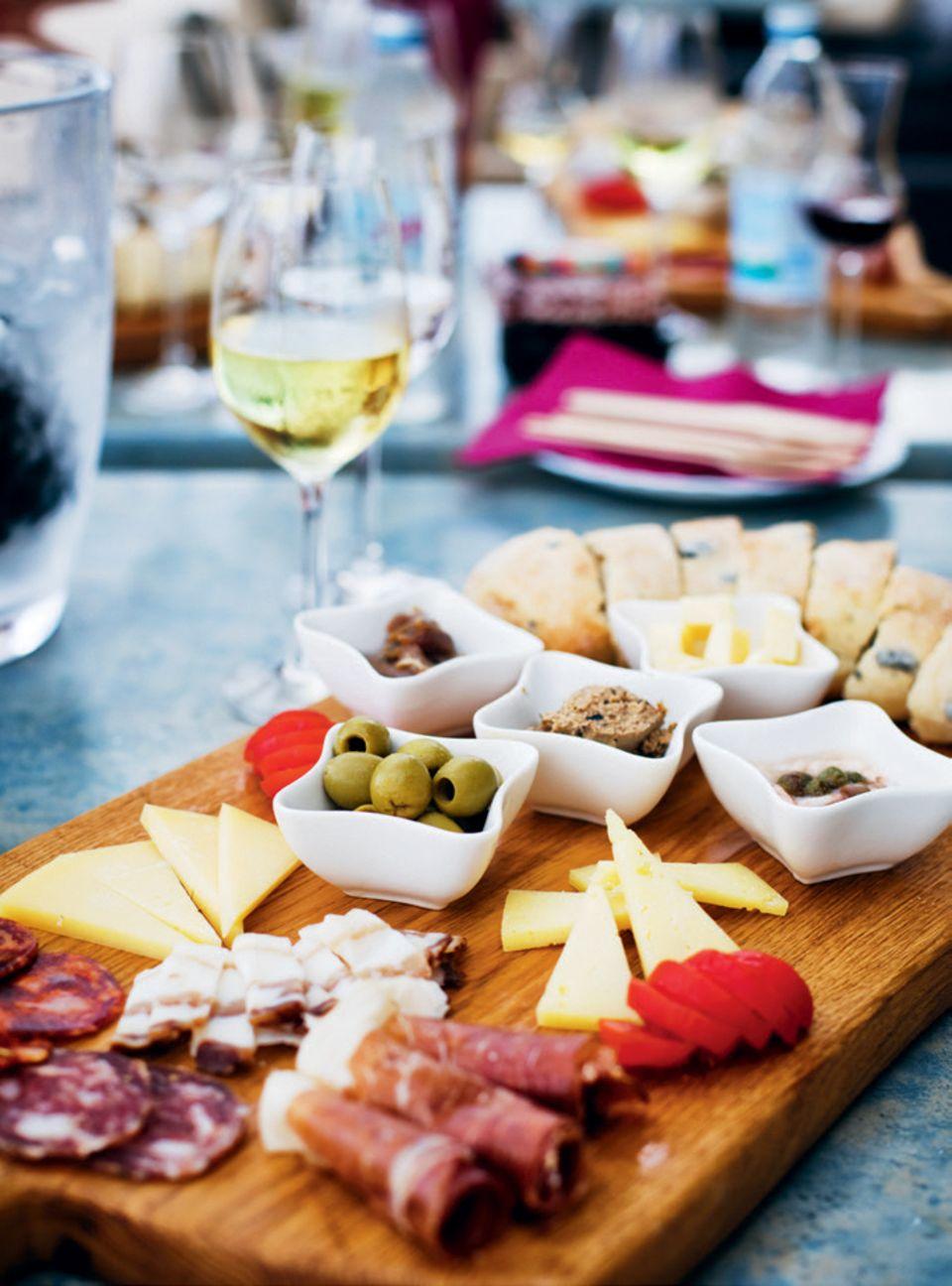 Kroatien-Tipps: Käse- und Wurstplatte mit Wein