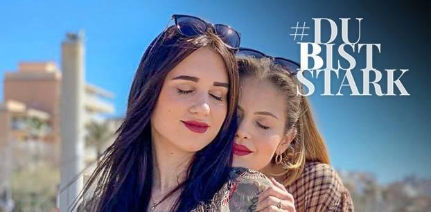 Vaginasontourx: Die lesbischen Frauen Vanessa und Ina kuscheln auf Mallorca