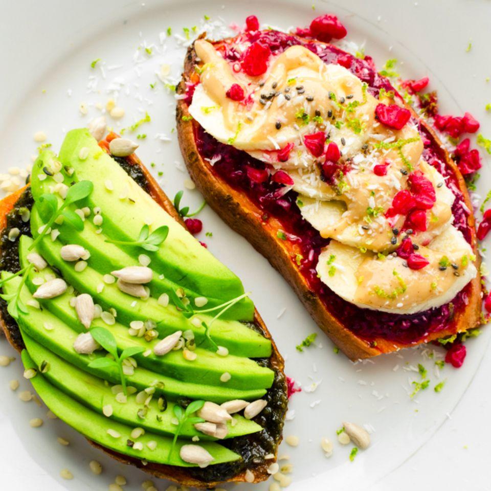 Alternative zu Brot: 5 Ideen: Süßkartoffel-Toasts mit Avocado und Bananen belegt