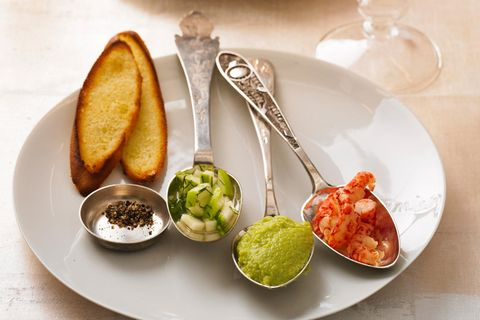 Flusskrebssalat mit Avocadomus und Apfel-Salsa