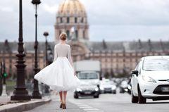 Dieses Brautkleid lieben alle Französinnen: Frau in kurzem Brautkleid läuft in Paris