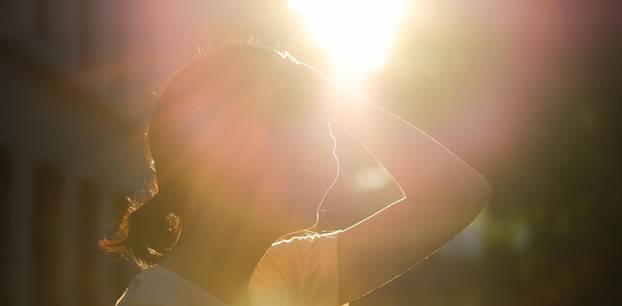 Sonnenstich Frau steht in der Sonne