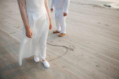 Whisper: Ein Brautpaar am Strand