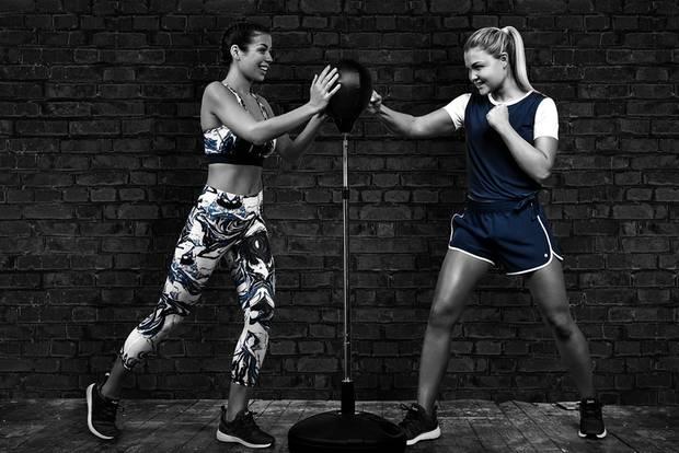 Sophia Thiel und Fitnessmodell tranieren Boxen