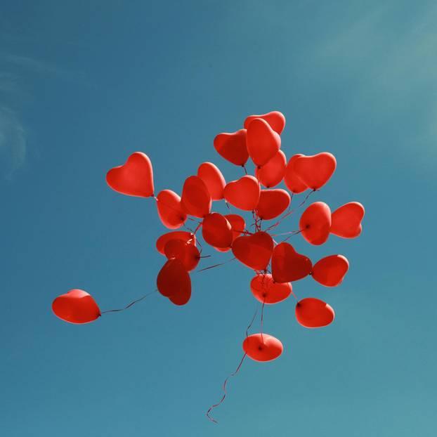 ElitePartner-Studie: Herzchen-Ballons im blauen Himmel