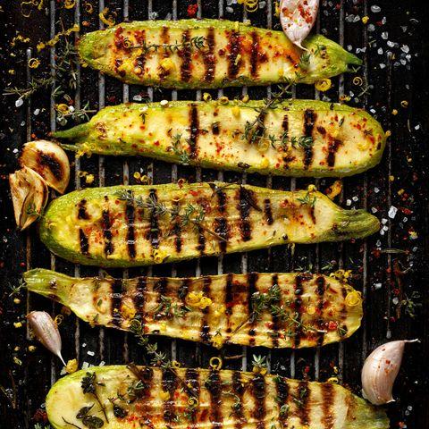 Zucchini grillen: Gegrillte Zucchini auf dem Rost