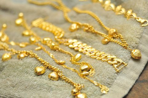 Goldschmuck reinigen: Goldschmuck auf einem Handtuch