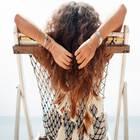 Hygge Hair: Frau mit lockigem Haar