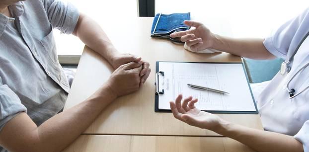 Arztbesuch: Arzt spricht mit Patient