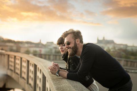 Was muss man in einer Beziehung lernen? Ein glückliches Pärchen auf einer Brücke