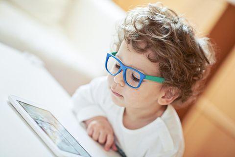 Medienkompetenz: Kleiner Junge am Tablet