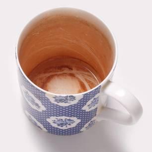 Teeränder von Tassen entfernen