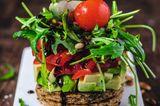 Avocado-Tomaten-Salat auf Knoblauch-Toast