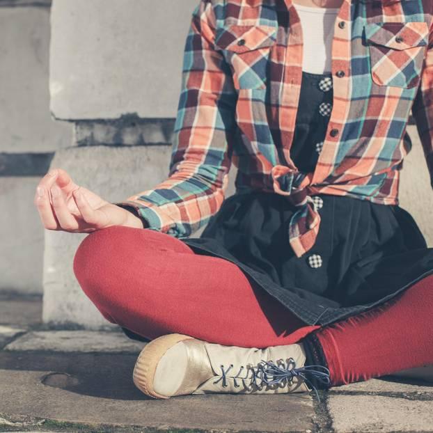 Wenn ich etwas an mir ändern könnte: Eine Frau im Yoga-Sitz
