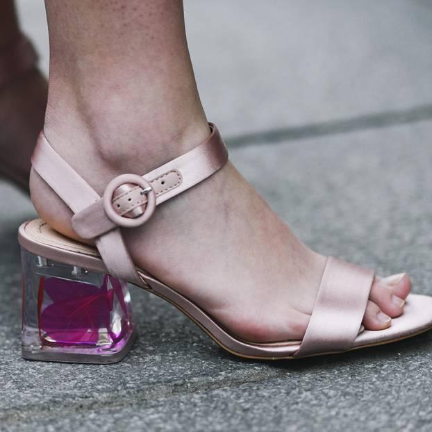 Sandalentrend: Sandale mit kunstvollen Absatz