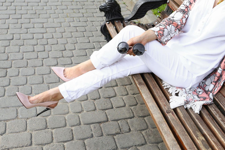 Weiße Hosen kombinieren: Frau in weißer Jeans und High Heels