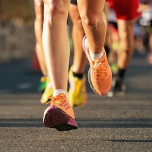Ausschnitt laufender Füße beim Marathon