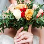 Hochzeitsfails: Eine Frau versteckt sich hinterm Brautstrauß