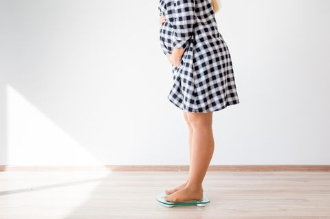 Abnehmen in der Schwangerschaft: Frau steht auf Waage
