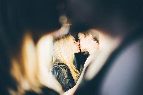 Warum haben Menschen Affären? Ein Pärchen küsst sich heimlich