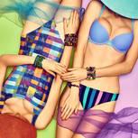 Günstige Bademode: Zwei Frauen in buntem Bikini und Badeanzug