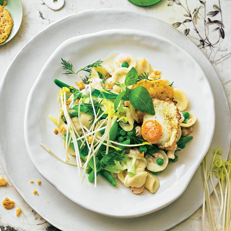 Pasta mit Gemüse, Ei und Parmesan-Crackern