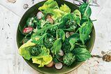 Salat mit Kräuter-Käsebällchen