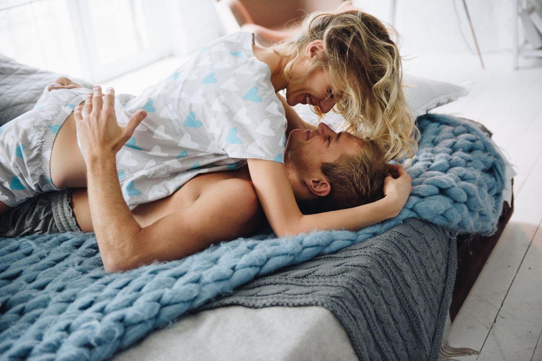 Einfache Tipps für guten Sex: Ein Pärchen hat Spaß im Bett