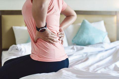 Gebärmutterhalskrebs: Frau mit Rückenschmerzen
