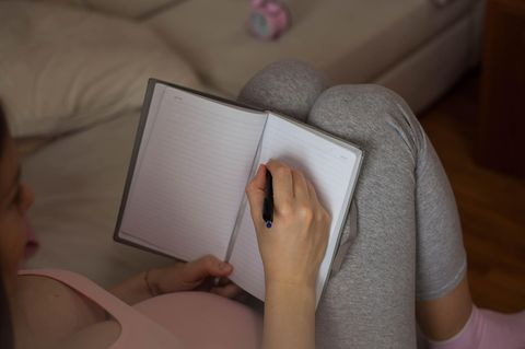 Mutter möchte Adoption in einem Brief an ihr Kind erklären: Schwangere Frau schreibt in Buch