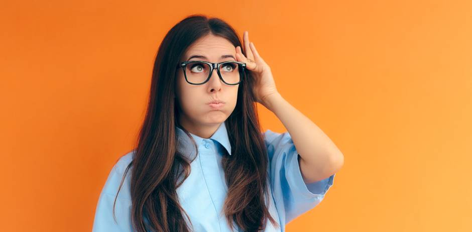 Mental Load: Frau fasst sich an den Kopf