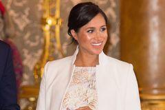 Warum Meghan ihr Kind nicht wie Royals anziehen wird: Herzogin Meghan im hellen Kleid
